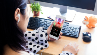 Just8 percent of 25 top North American and European retailers studied are offering live video features to customers as the holiday shopping season approaches, according toTokBox, the live video, real-time communications (RTC) company.